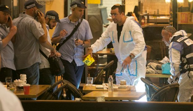 Israel Police and forensics experts at the scene of the attack at the Sarona marketplace complex in Tel Aviv, June 9, 2016.