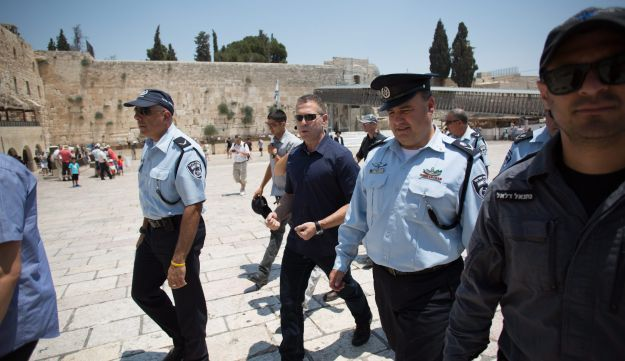 Acting police chief Sau and, to his right, Minister Erdan, at the Western Wall in July 2015.