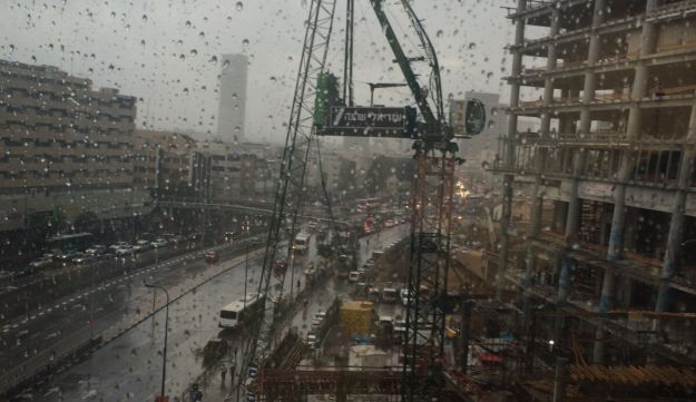A crane collapsed by the strong winds, Tel Aviv. Sunday October 25, 2015.
