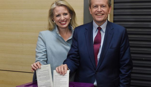 Australian Labor Party opposition leader Bill Shorten and wife Chloe cast their ballots at a polling station at Moonee Ponds West Primary School in Melbourne, July 2, 2016 on Australia's federal election day.