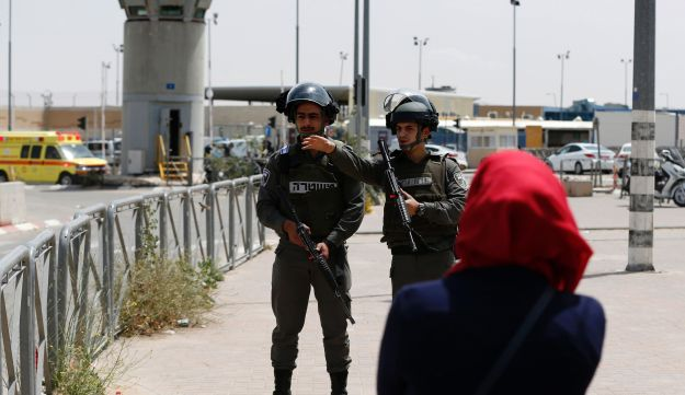 Israeli security forces stand guard at the Qalandiyah checkpoint, April 27, 2016.