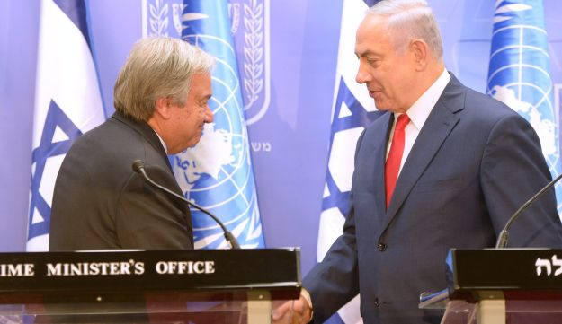 UN Secretary General Antonio Guterres (L) shakes hands with Israeli Prime Minister Benjamin Netanyahu in Jerusalem, August 28, 2017.