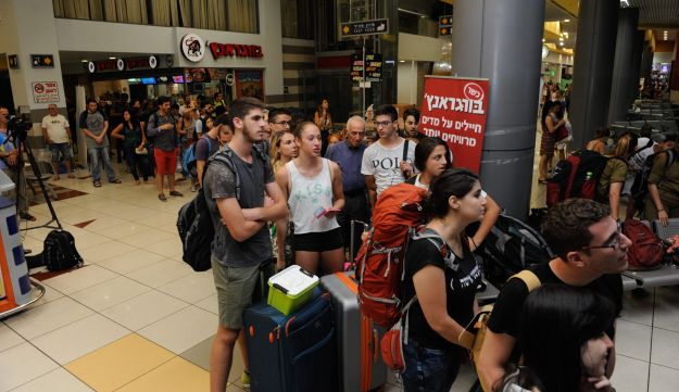 A long line of people waiting for a bus in Haifa after train lines were halted due to political pressure over rail repair on Shabbat, the Jewish day of rest, September 3, 2016.