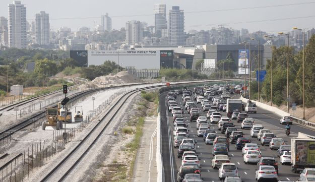 Cars stuck in traffic on the Ayalon Highway, September 4, 2016.