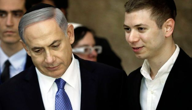 A picture taken on March 18, 2015 shows Israeli Prime Minister Benjamin Netanyahu (L) and his son Yair visiting the Wailing Wall in Jerusalem.