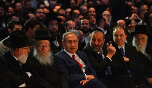 Prime Minister Netanyahu flanked by Health Minister Yaakov Litzman, left, and Interior Minister Arye Dery at a conference of the ultra-Orthodox Jewish Hamodia newspaper, November, 20, 2016.
