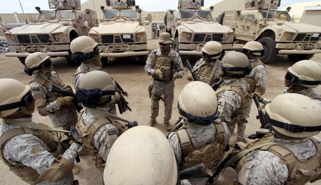 A senior army commander talks to his soldiers at their base in southern Yemeni port city of Aden, September 28, 2015.