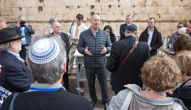 Tzahi Hanegbi meets with diaspora Jewry leadership at the Western Wall, Oct 30, 2017