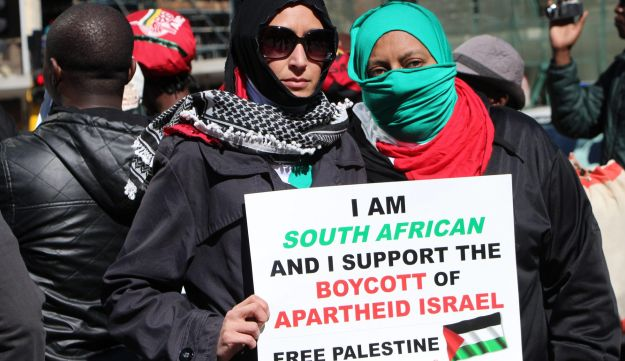 South African Boycott, Divestment and Sanctions (BDS) activists protest outside the high court in Johannesburg, South Africa. May 20, 2014.
