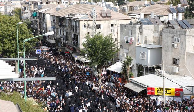Ultra-Orthodox Jews gather outside the house (C) of prominent spiritual leader Rabbi Aharon Yehuda Leib Shteinman, who died , as they wait for this funeral to begin in Bnei Brak, ecember 12, 2017.