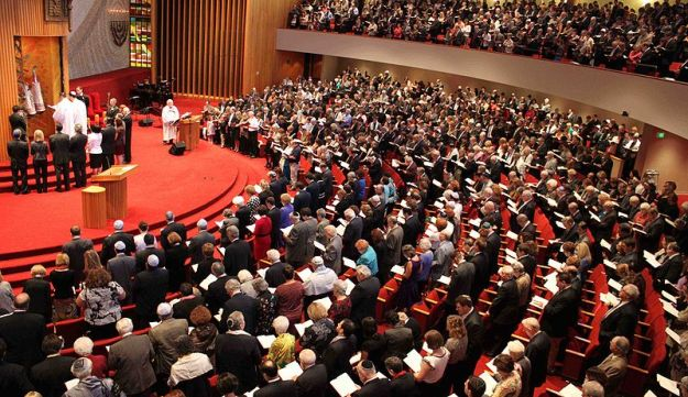 Temple Israel in Memphis, Tennessee, filled with worshipers.