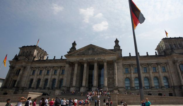 Tourists line up to enter the Reichstag.