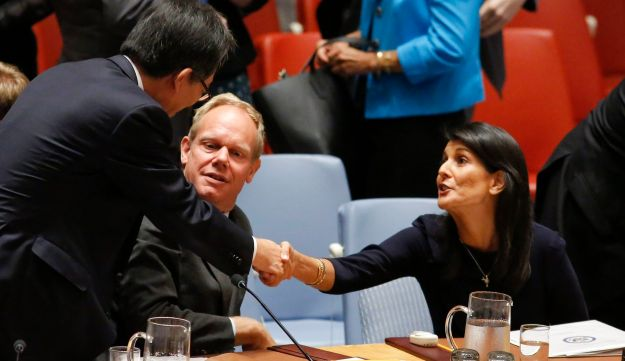 US Ambassador to the UN Nikki Haley (R), with Britain's Ambassador to the UN Matthew Rycroft (C), shake hands with South Korean Ambassador to the UN Cho Tae-yul after a UN Security Council emergency meeting over North Korea's latest missile launch, on September 4, 2017, at UN Headquarters in New York. / AFP PHOTO / KENA BETANCUR