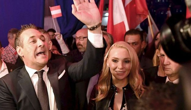 Chairman of Austria's far-right Freedom Party (FPOe) Heinz-Christian Strache (L) and his wife Philippa Beck (R) celebrate after the results of the general elections in Vienna on October 15, 2017
