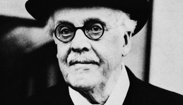 Lord Balfour poses for camera, 1930