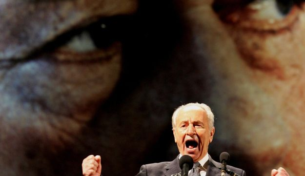 Shimon Peres addresses a rally commemorating the tenth anniversary of the assassination of Yitzhak Rabin, Tel Aviv, Israel, November 12, 2005.