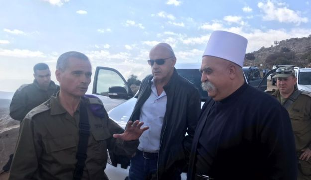 Sheikh Mowafak Abu Tariff, the chief spiritual leader of the Druze in Israel, and former minister Saleh Tarif with Northern Divison commander Yoel Strick, November 3, 2017.