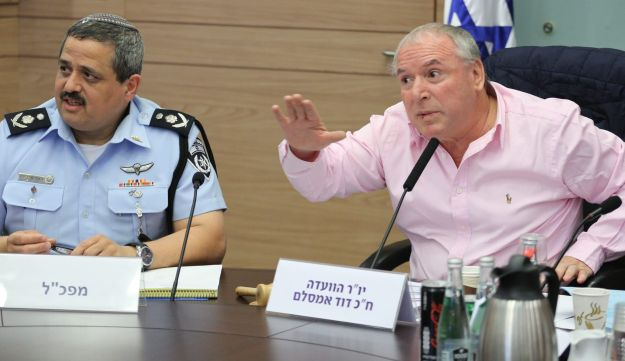 MK David Amsalem (Likud), right, and Israel Police chief Roni Alsheich during a Knesset Interior and Environment Committee, October 31, 2017.