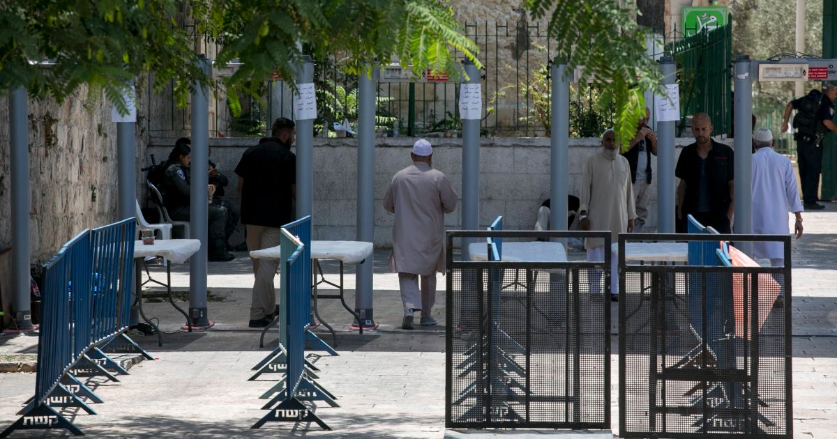 Jew Detector: Israeli Police Officers: Decision To Place Metal Detectors