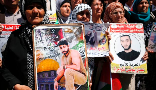 Protesters rally in support of Palestinians in Israeli jails after hundred launched a hunger strike, in Ramallah, April 17, 2017.