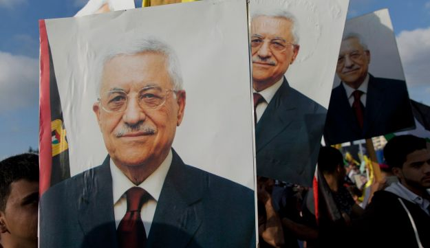 Protesters carry pictures of Abbas during a rally supporting Palestinian prisoners in Israeli jails, Ramallah, West Bank, May 3, 2017.