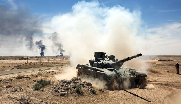 An Iraqi-modified T-72M tank belonging to the pro-government Hashed al-Shaabi paramilitary forces advances towards Hatra, southwest of the northern city of Mosul, on April 26, 2017.
