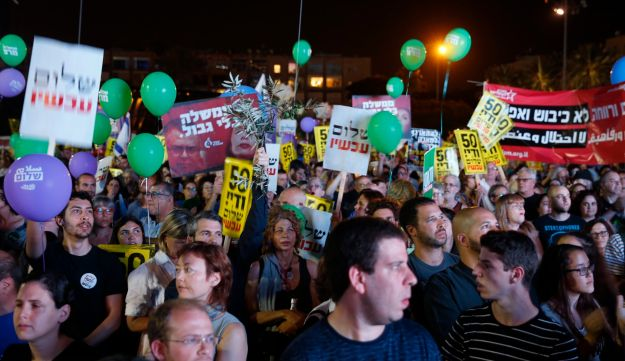 The crowd at a rally in support of a two-state solution at Tel Aviv's Rabin Square on May 27, 2017