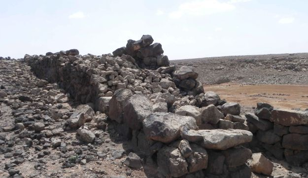 Section of the double-face fortification wall in Jawa: Such advanced permanent settlements were not expected that deep in the basalt desert.