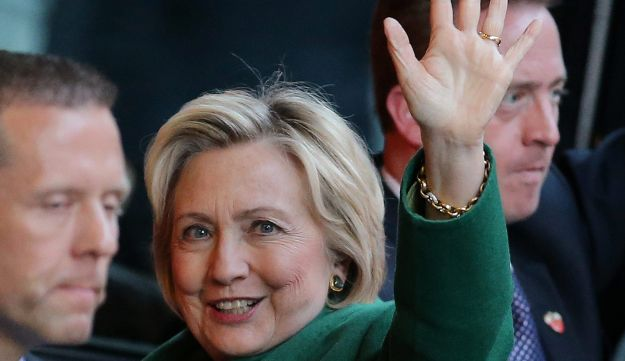 U.S. Democratic presidential candidate Hillary Clinton waves as she arrives for a meeting with Israel's Prime Minister Benjamin Netanyahu at a hotel in New York, September 25, 2016.