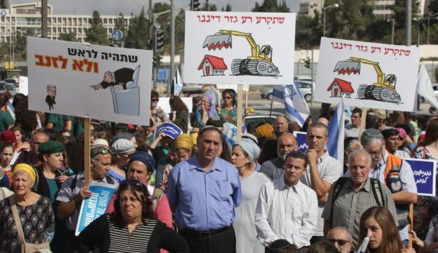Residents of Amona and Ofra demonstrating against house demolitions at the settlements, September 2016.