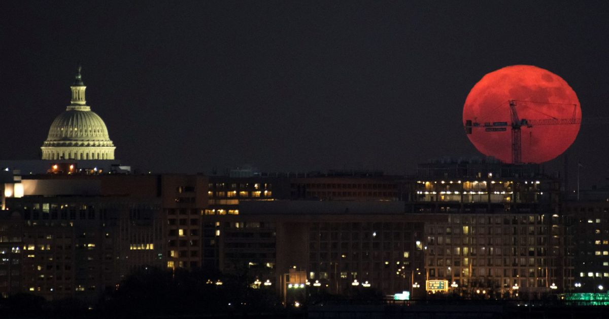 Super blue blood moon why you shouldn 39 t wake up early for for Why shouldn t you look at a solar eclipse