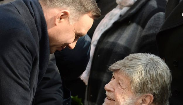 Polish President Andrzej Duda, left, shakes hands with former Israeli Knesset Speaker Shevah Weiss during the ceremony, Warsaw, March 8, 2018.