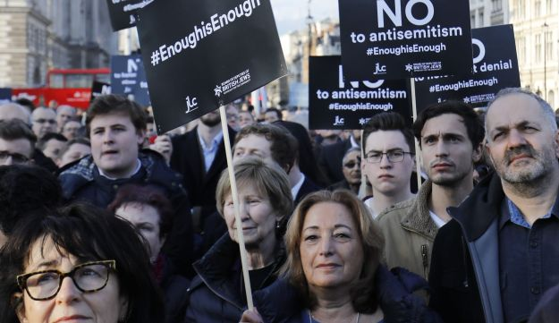 Members of the Jewish community hold a protest against Britain's opposition Labour party leader Jeremy Corbyn and anti-semitism in the  Labour party, outside the British Houses of Parliament in central London on March 26, 2018. / AFP PHOTO / Tolga AKMEN