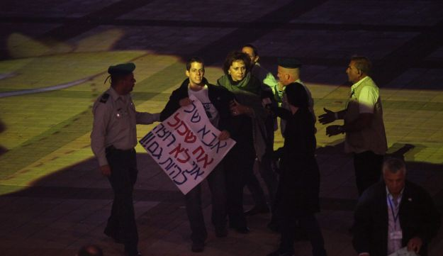 Yoel Shalit and Ya'ara Winkler protesting Gilad Shalit's continued captivity, in 2011.