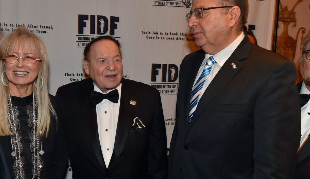 Miriam and Sheldon Adelson with former Defense Minister Moshe Ya'alon, right, at a FIDF fundraiser in March 2016.