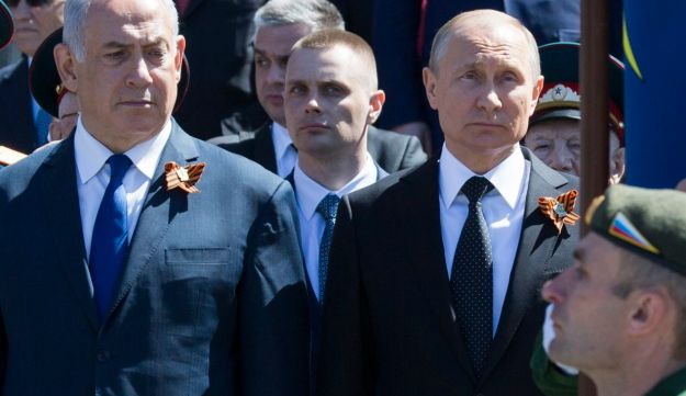 File photo: Benjamin Netanyahu, left, and Russian President Vladimir Putin attend a wreath-laying ceremony in Moscow, Russia, May 9, 2018.