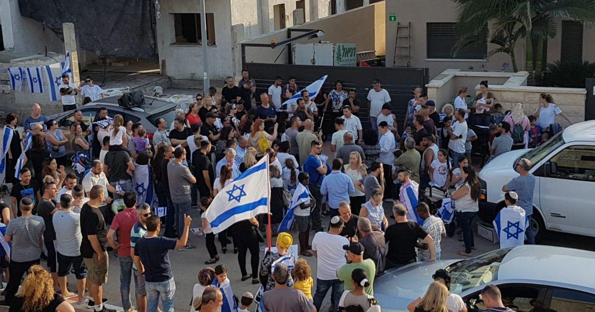 Hundreds demonstrate against home sale to Arab family