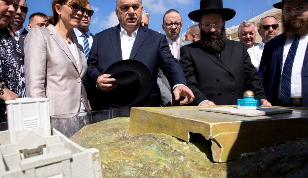 Hungarian Prime Minister Viktor Orban, center, looking at a model of the Al Aqsa Mosque compound with Western Wall Rabbi Shmuel Rabinowitz, right, during his visit to the Western Wall, July 20, 2018.