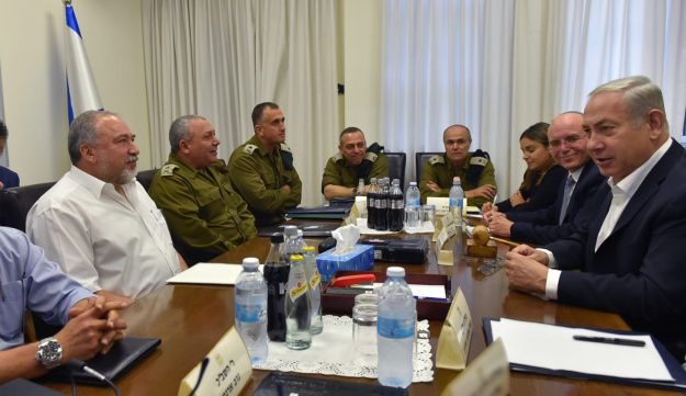 Prime Minister Benjamin Netanyahu, Defense Minister Avigdor Lieberman and other officials at a meeting on Gaza at the IDF's headquarters, Tel Aviv, August 9, 2018.