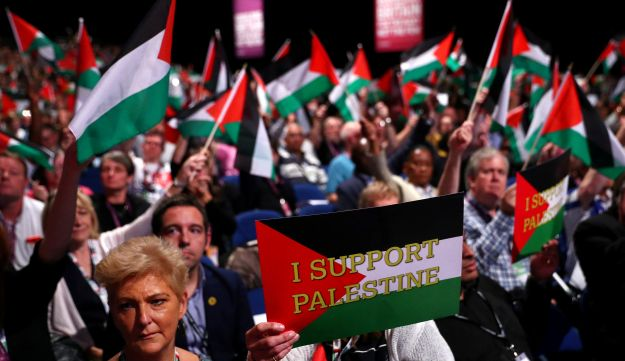 Delegates hold up placards in support of Palestine at the Labour Party's conference in Liverpool, Britain, September 25, 2018. REUTERS/Hannah McKay