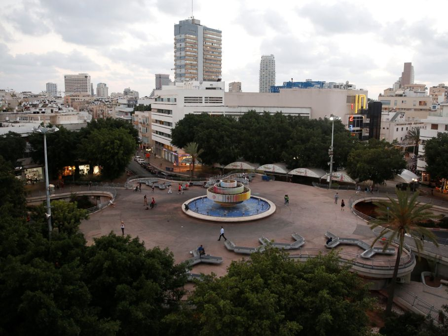 The raised Dizengoff Square, before the final renovations. Dirty and hardly used as a square.